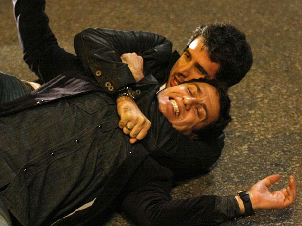 Pedro impede Léo de escapar (Foto: Insensato Coração/TV Globo)
