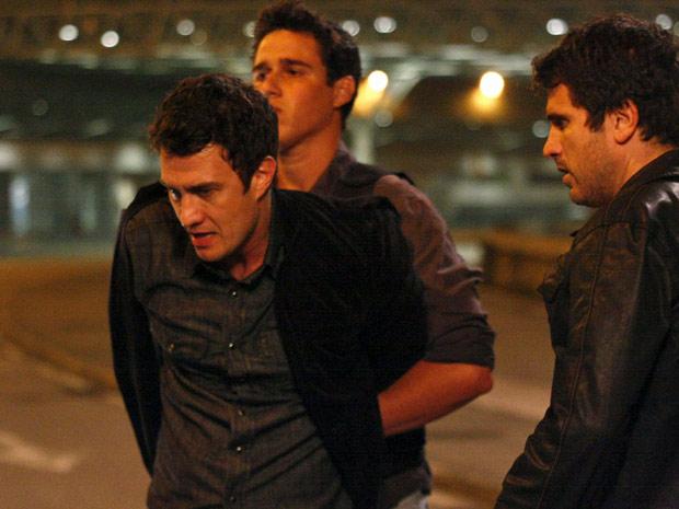 Léo é preso e algemado (Foto: Insensato Coração/TV Globo)
