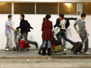 Léo sai correndo, mas Pedro segue de perto (Foto: Insensato Coração/TV Globo)