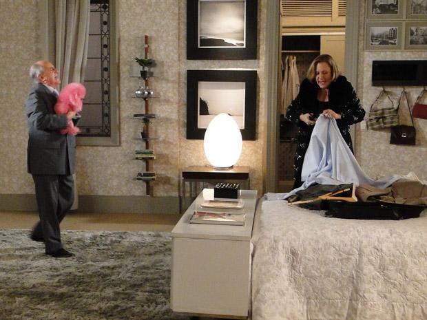 Cheia de raiva, Minerva cortas as roupas de Isaías depois de descobrir traição (Foto: Morde&Assopra/TVGlobo)