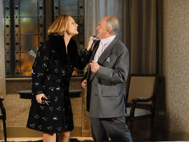 Minerva corta a gravata de Isaías e promete se vingar do marido (Foto: Morde&Assopra/TVGlobo)