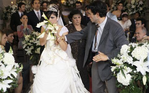 Celeste é presa durante casamento por causa de joia roubada (Morde & Assopra / TV Globo)