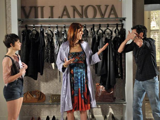 Douglas não quer ver nem os desenhos do vestido para não dar azar (Foto: Insensato Coração/TV Globo)