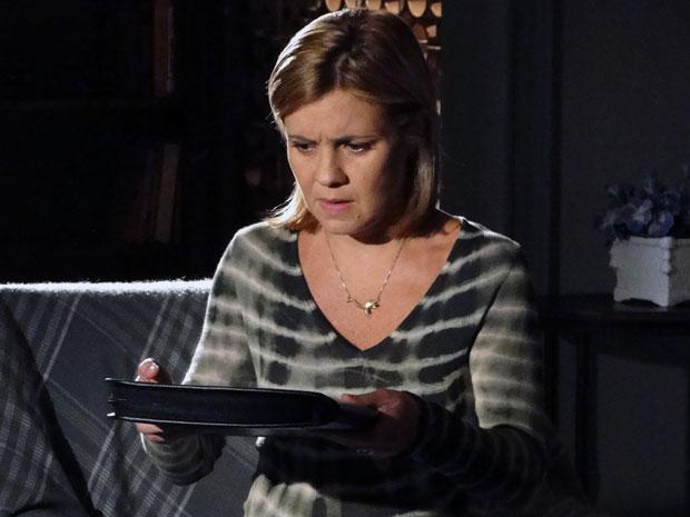 Júlia fica assustada e não sabe o que fazer (Foto: Morde & Assopra / TV Globo)