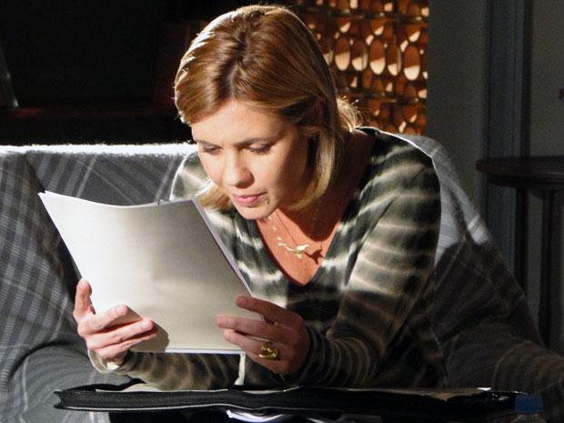 Júlia toma coragem e lê o dossiê sobre Naomi (Foto: Morde & Assopra / TV Globo)