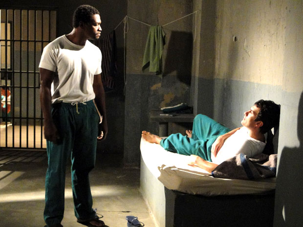 Léo é ameaçado por colega de cela (Foto: Insensato Coração / TV Globo)
