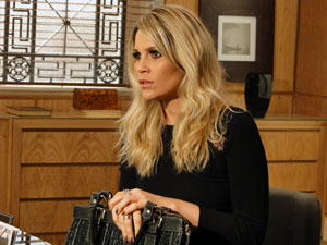 Naomi fica chocada ao perceber que está sem nada (Foto: Morde & Assopra / TV Globo)