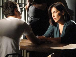 Norma quer tirar Léo na prisão (Foto: Insensato Coração / Tv Globo)