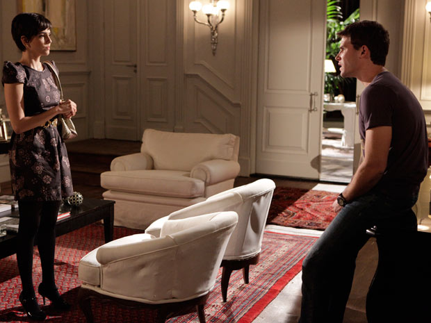 Rafa não gosta de saber que Natalie quer vender a mansão (Foto: Insensato Coração / TV Globo)