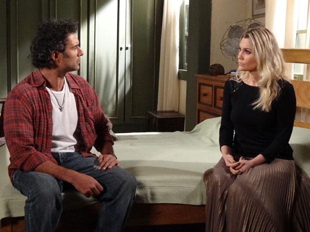Abner ouve a versão de Naomi sobre a noite da morte de Pimentel (Foto: Morde & Assopra/TV Globo)