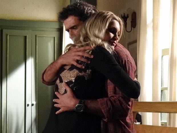 Abner não se sente confortável ao receber abraço de Naomi (Foto: Morde & Assopra/TV Globo)