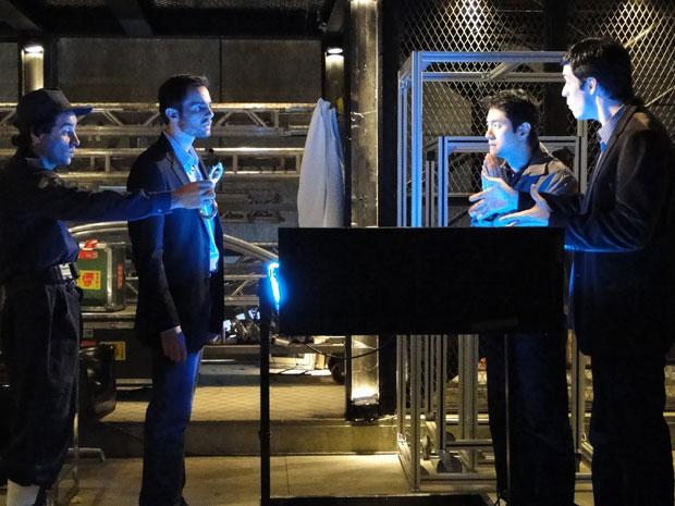 Wilson chega a dar voz de prisão a Ícaro ao se deparar com robô (Foto: Morde & Assopra/TV Globo)