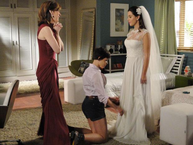 Eunice vibra ao ver Cecília vestida de noiva (Foto: Insensato Coração / Tv Globo)