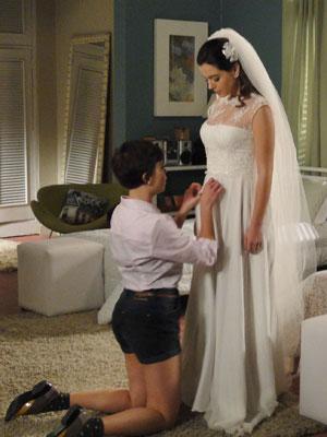 Enquanto ajuda Cecília, Leila questiona se a irmã quer realmente se casar (Foto: Insensato Coração / Tv Globo)