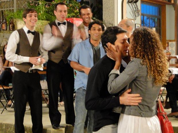 Gabino deixa a timidez de lado e se diz a Fabíola tudo que sente por ela (Foto: Insensato Coração / TV Globo)