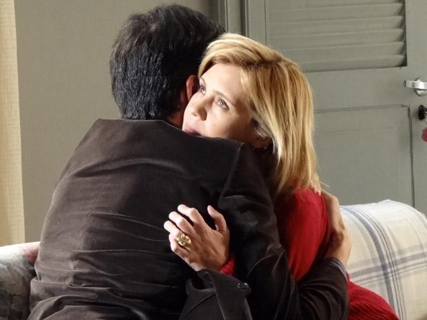 Júlia abraça Ícaro que está desolado depois de descobrir todas as mentiras de Naomi (Foto: Morde&Assopra/TVGlobo)