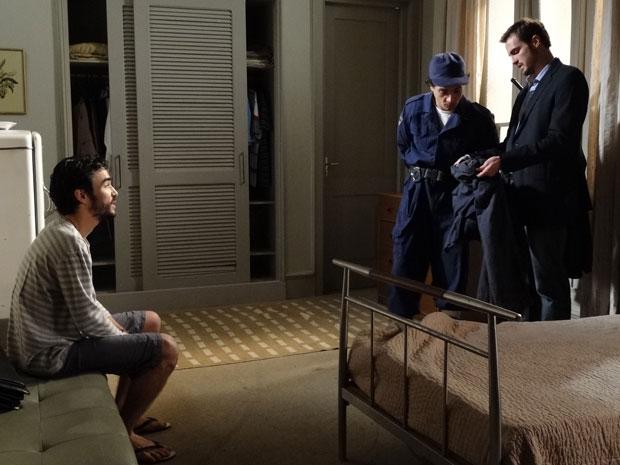 Wilson examina as roupas de Leandro (Foto: Morde & Assopra/TVGlobo)