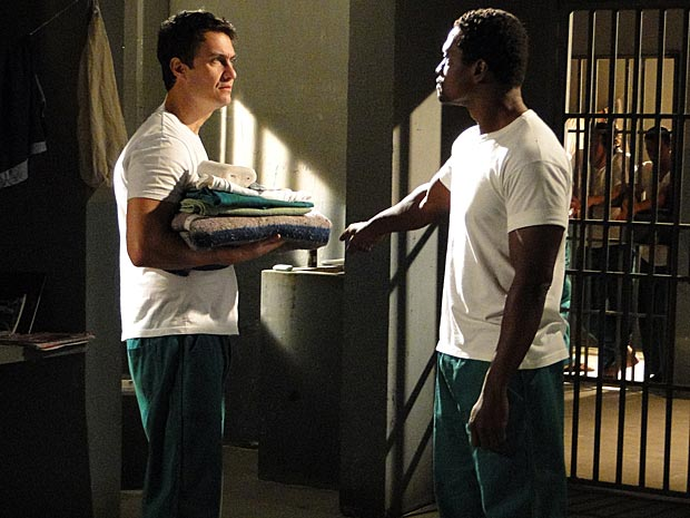 Colega de cena ordena que Léo limpe a privada da cela (Foto: Insensato Coração/ TV Globo)