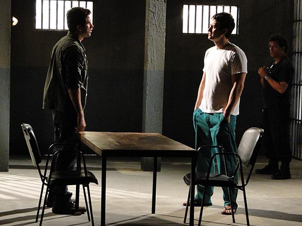 Léo fica surpreso com a visita de Pedro (Foto: Insensato Coração / TV Globo)
