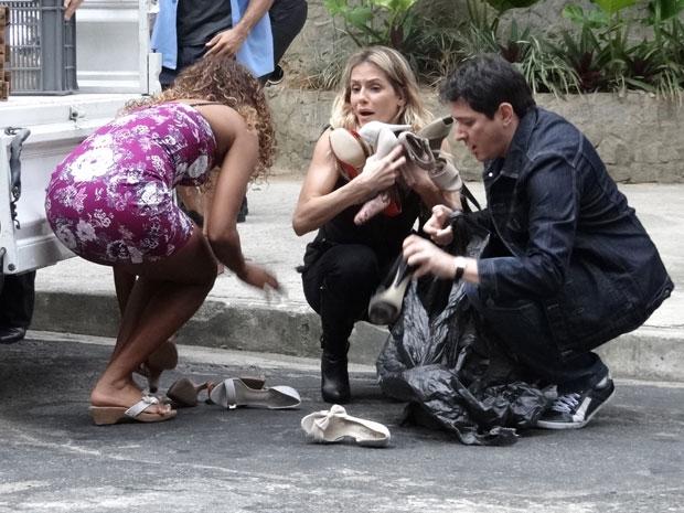 Natalie tenta recuperar os sapatos espalhados pela rua (Foto: Insensato Coração / Tv Globo)