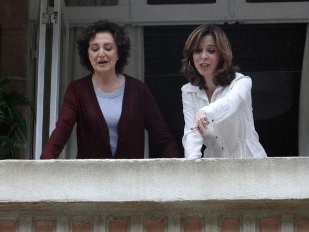 Eunice se diverte ao ver Natalie de volta ao Horto (Foto: Insensato Coração / Tv Globo)
