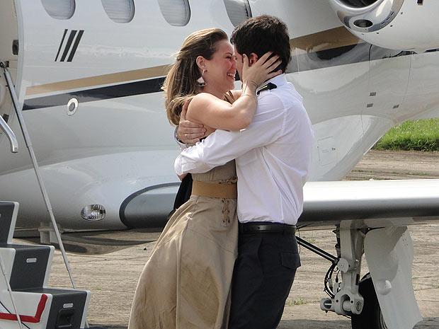 Pedro e Marina comemoram a conquista do piloto (Foto: Insensato Coração / TV Globo)
