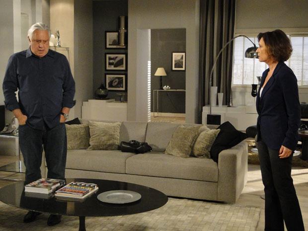 Raul conta a Wanda que Léo está preso (Foto: Insensato Coração / Tv Globo)