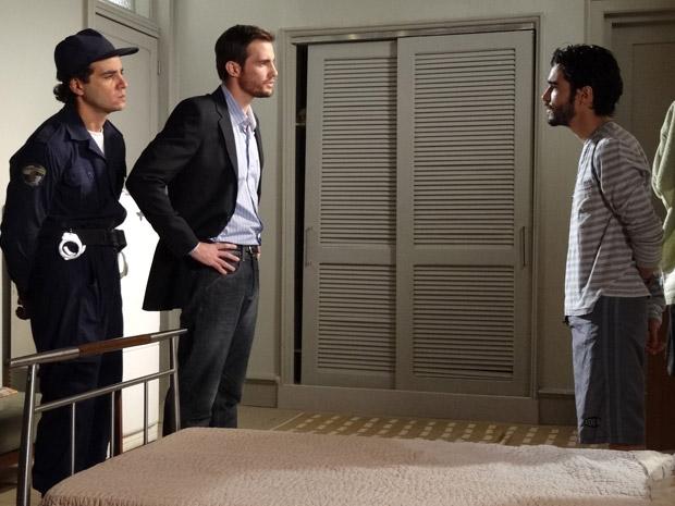 Wilson interroga Leandro sobre fuga de Naomi (Foto: Morde&Assopra/TVGlobo)