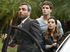 Júlio, Cecília e Rafa chegam junto com a polícia (Foto: Insensato Coração / Tv Globo)