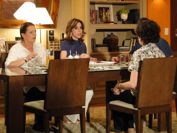 Eunice se irrita ao saber que Léo está solto (Foto: Insensato Coração / Tv Globo)