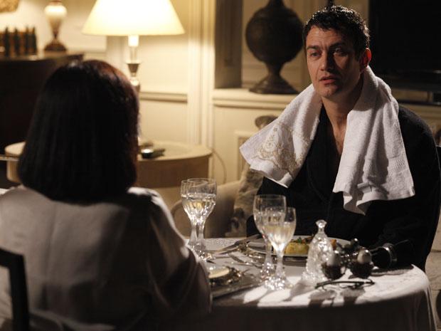 Léo diz a Norma que vai se vingar de Raul e Pedro na hora certa (Foto: Insensato Coração / Tv Globo)