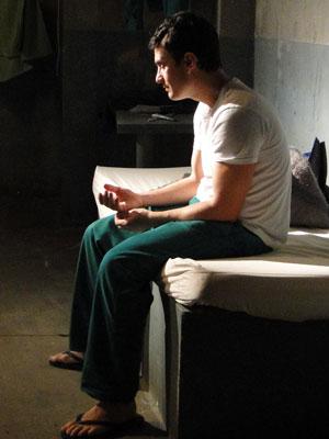 Léo tenta conversar com Ivo, antes de saber que será solto (Foto: Insensato Coração / Tv Globo)