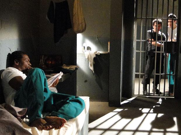 Léo tenta humilhar Ivo, ao sair da prisão (Foto: Insensato Coração / Tv Globo)