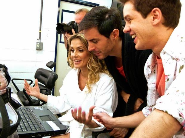 Deborah convida Ricardo e Leo para assistir ao clipe de Natalie (Foto: Insensato Coração/TV Globo)