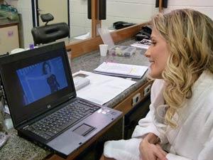 A atriz se emociona com a homenagem (Foto: Insensato Coração/TV Globo)