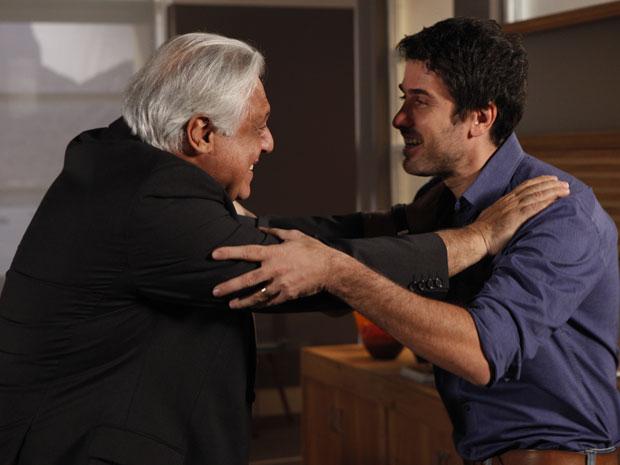 Raul vibra com as novidades de Pedro (Foto: Insensato Coração / Tv Globo)