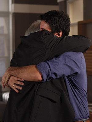 Pai e filho se emocionam (Foto: Insensato Coração / Tv Globo)