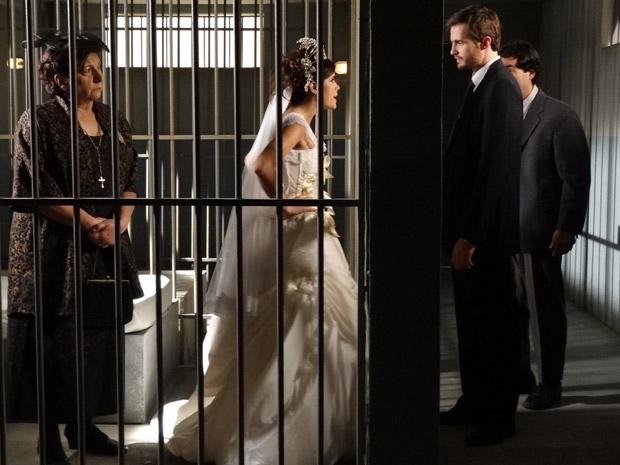 Xavier coloca Salomé e Celeste atrás das grades (Foto: Morde&Assopra/TVGlobo)