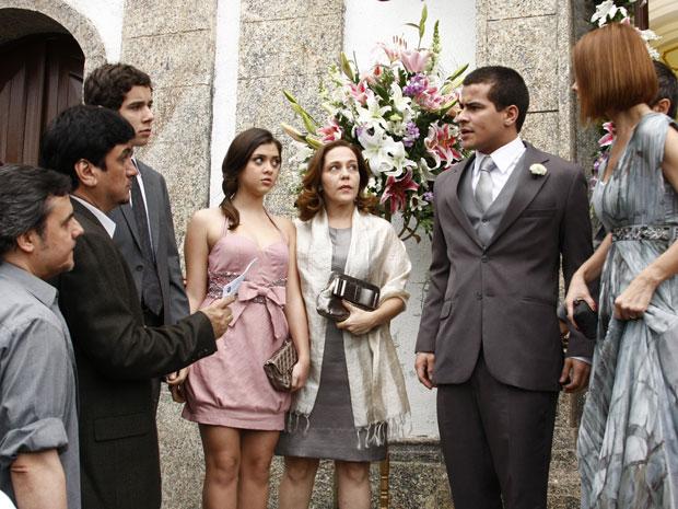 Vinícius recebe voz de prisão na porta da igreja para a surpresa de todos os convidados (Foto: Insensato Coração / Tv Globo)