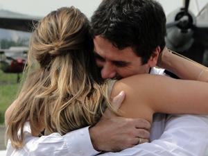 Pedro vive dupla emoção (Foto: Insensato Coração/TV Globo)