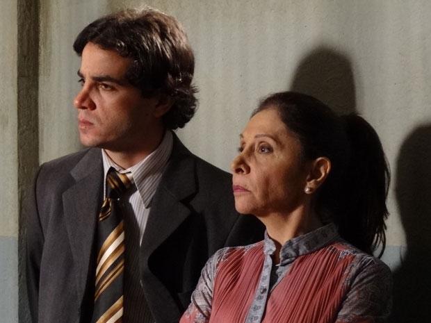 Sem querer, Xavier ouve confissão de Salomé e avisa que vai contar para o delegado (Foto: Morde&Assopra/TVGlobo)