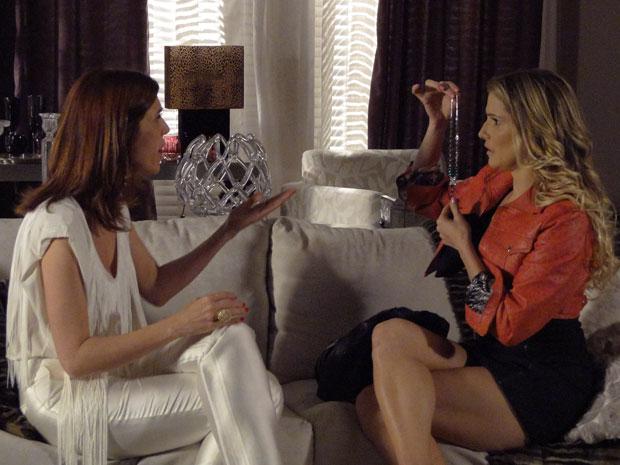 Natalie tenta vender joia para Bibi (Foto: Insensato Coração / Tv Globo)