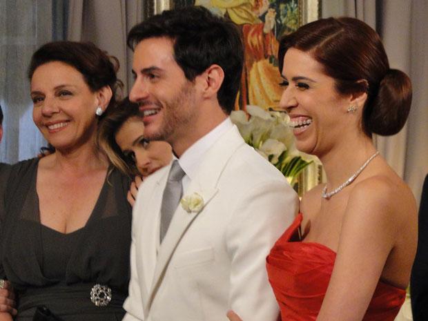 Douglas aceita casar com ela mesmo assim (Foto: Insensato Coração/TV Globo)