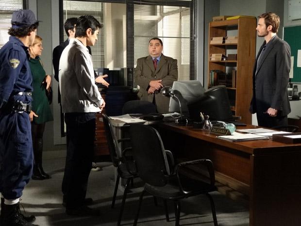 Ícaro conta para Wilson sobre o dossiê (Foto: Morde&Assopra/TVGlobo)
