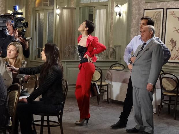 Isaías fica indignado com Minerva e Virgínia aproveita para aparecer  (Foto: Morde&Assopra/TVGlobo)