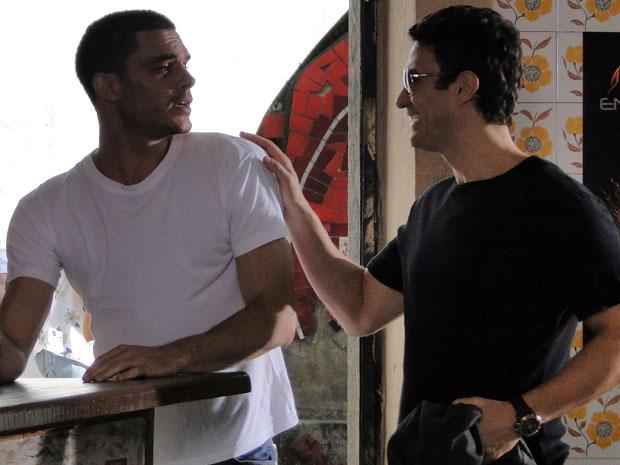 Léo convida Manolo para ser seu padrinho de casamento (Foto: Insensato Coração / Tv Globo)