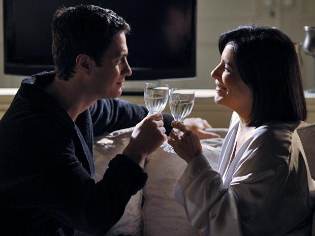 Norma e Léo fazem um brinde para comemorar a liberdade do vilão (Foto: Insensato Coração/ TV Globo)