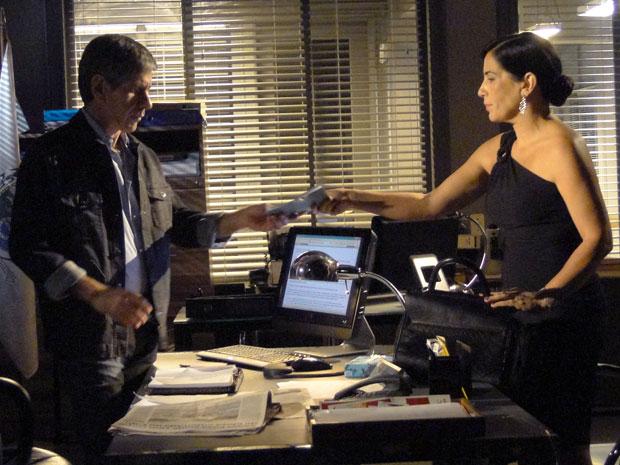 Norma entrega caderneta da condicional ao delegado (Foto: Insensato Coração / Tv Globo)