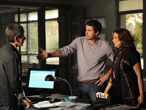 Pedro e Sueli contam tudo à polícia (Foto: Insensato Coração/TV Globo)