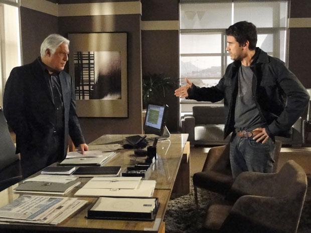 Pedro diz a Raul que Léo provocou a explosão para matar o irmão (Foto: Insensato Coração / Tv Globo)